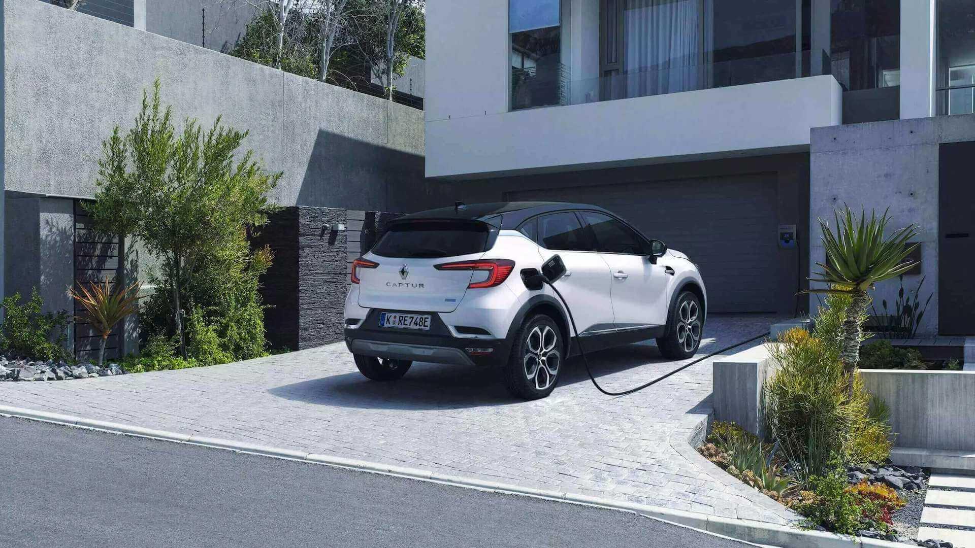 Auto wird auf einer Hausauffahrt geladen - Renault Captur - Renault Ahrens Hannover