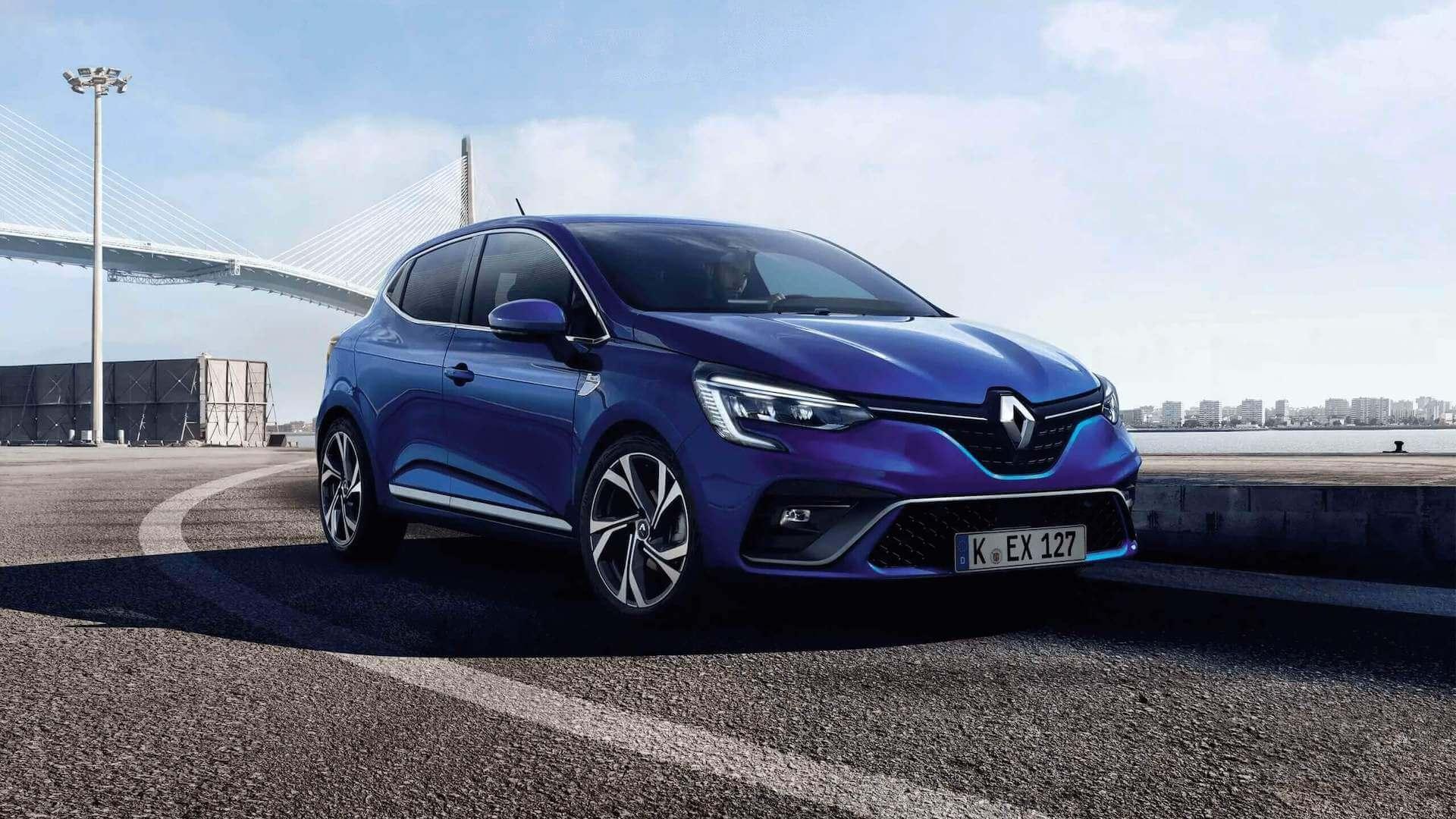 Außenansicht Seite von einem Blauen Auto - es fährt auf einer Straße, im Hintergrund eine Brücke - Renault Clio - Renault Ahrens Hannover