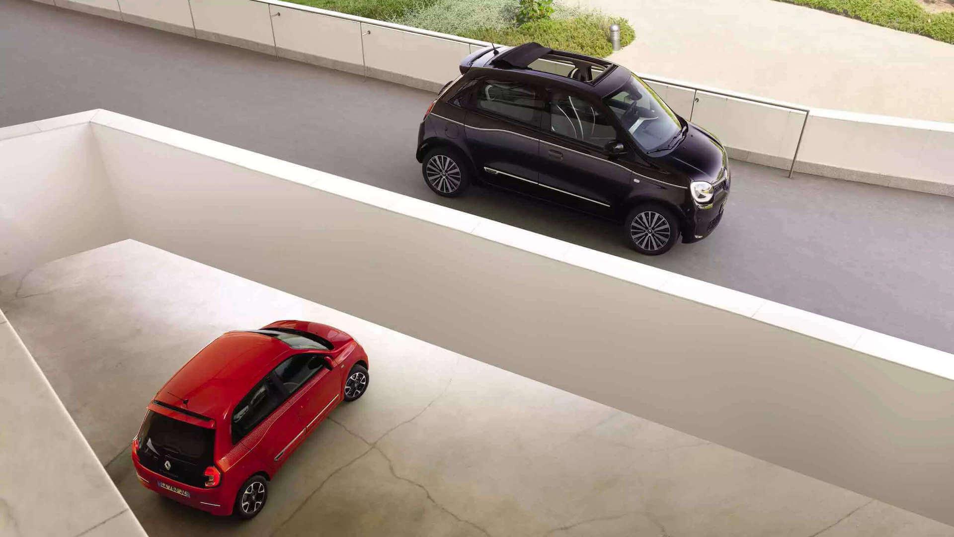 Zwei Autos (rot und schwarz) in einem Parkhaus - Renault Twingo - Renault Ahrens Hannover