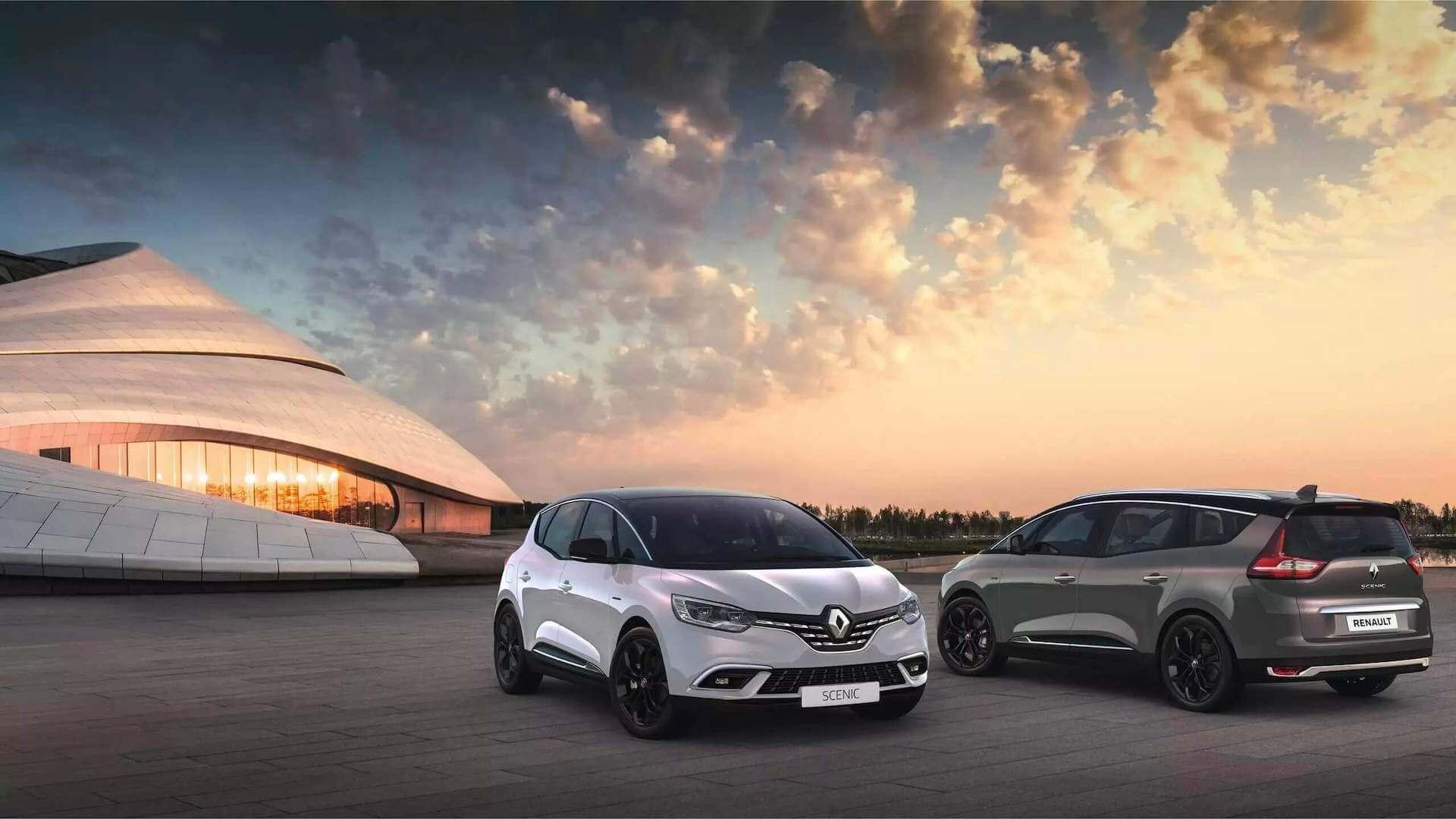 zwei Autos stehen auf einem Platz im Sonnenuntergang - Renault Scenic - Renault Ahrens Hannover