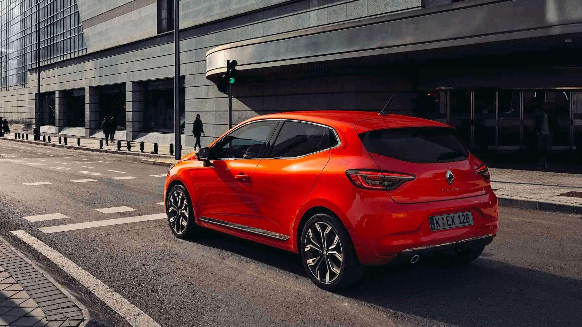 Außenansicht Heck vom roten Auto - es fährt auf einer Straße- Renault Clio - Renault Ahrens Hannover