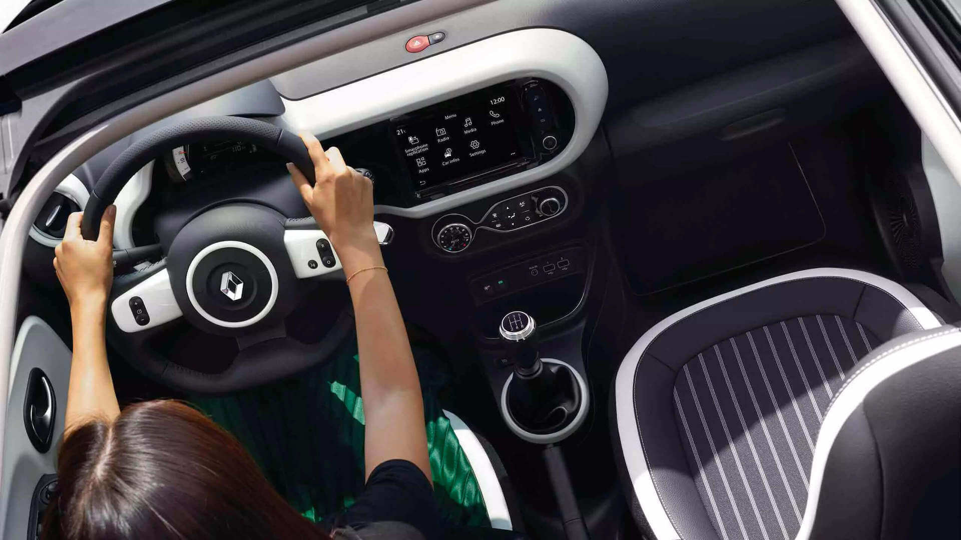 Cockpit - Frau am Steuer - orange - Renault Twingo - Renault Ahrens Hannover