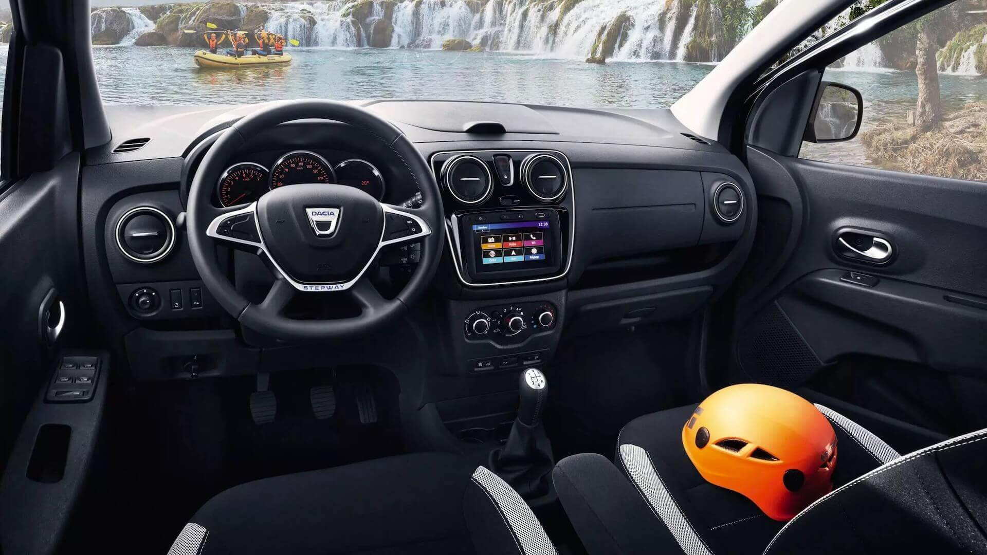 Cockpit - Innenansicht vom Auto - orangefarbener Helm liegt auf dem Beifahrersitz - Dacia Lodgy - Renault Ahrens Hannover