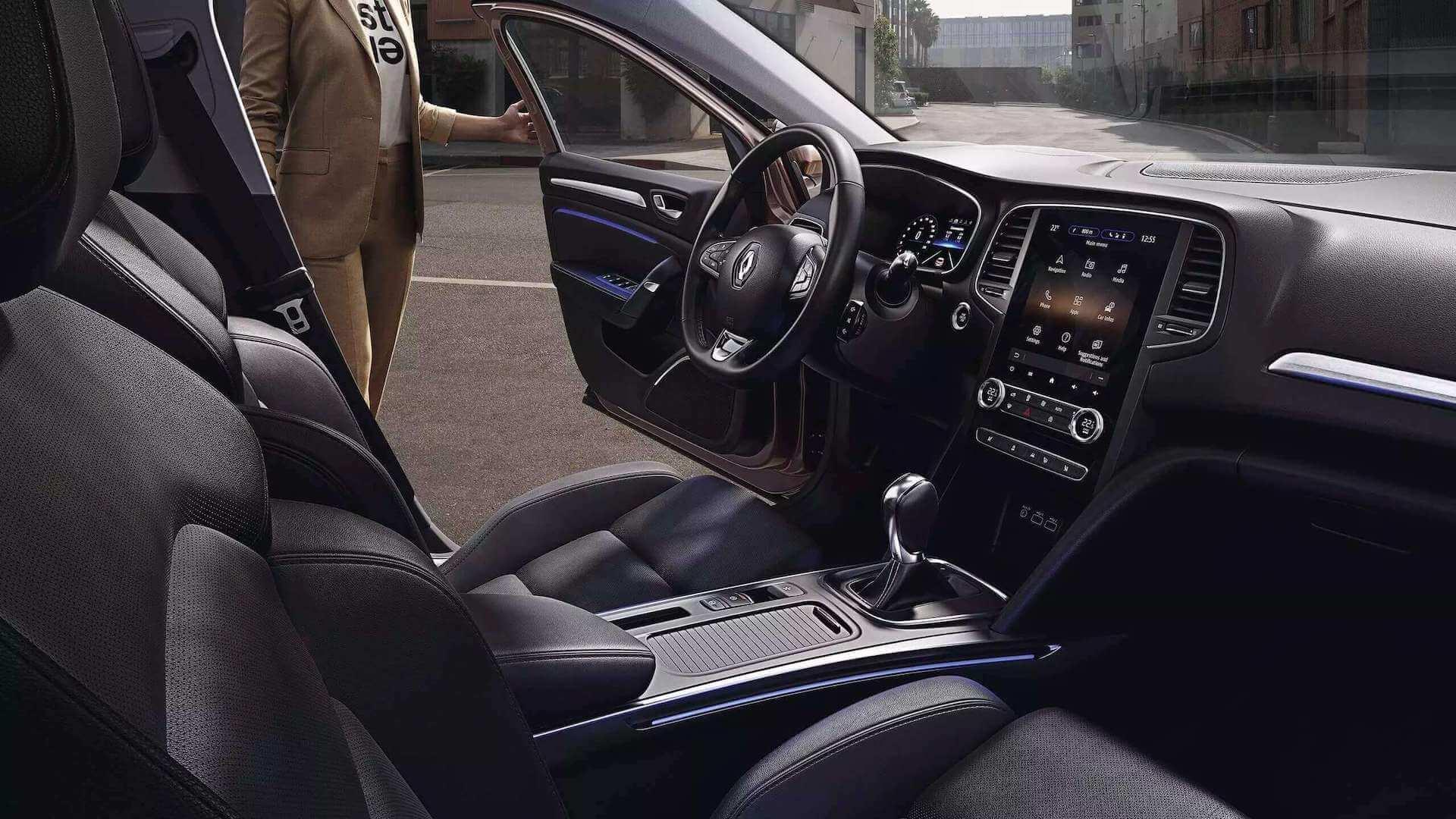 Cockpit - Auto von Innen - Frau steigt ins Auto - Renault Megane - Renault Ahrens Hannover