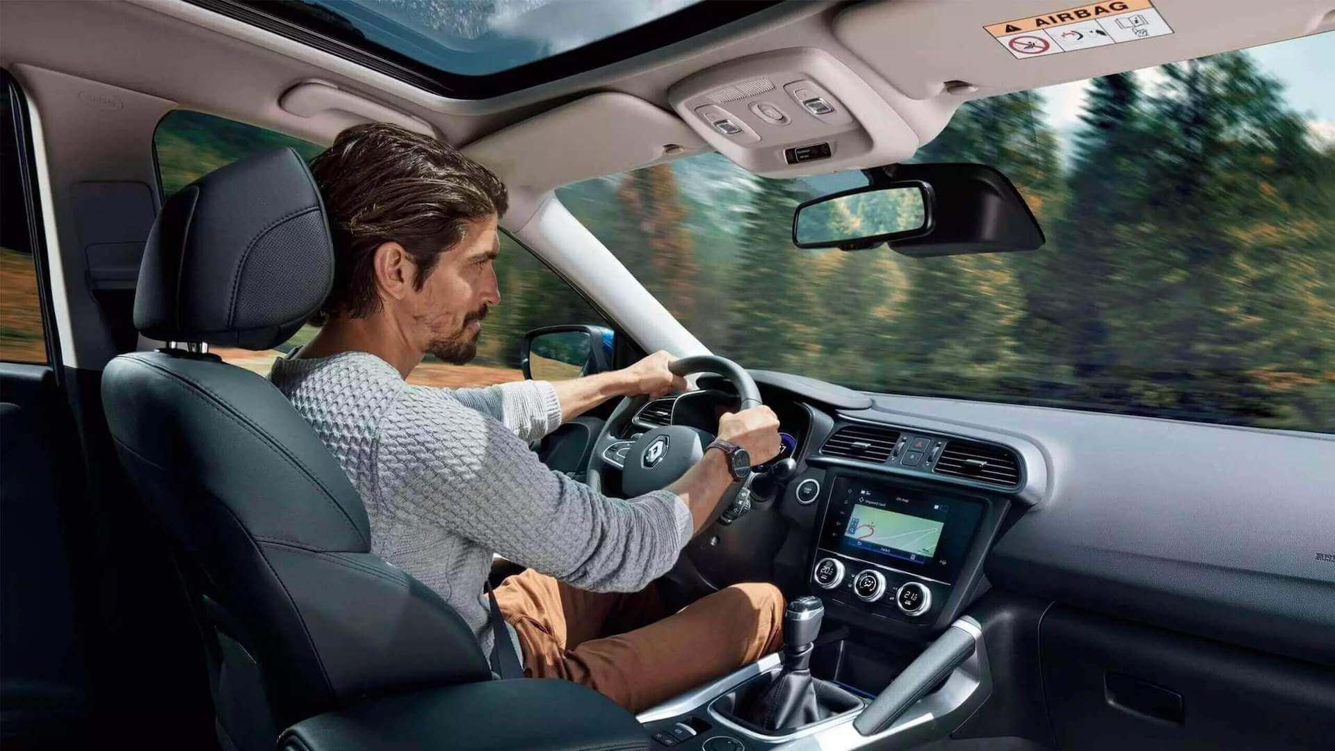 Cockpit - Auto von Innen- Mann am Steuer - Renault Kadjar - Renault Ahrens Hannover