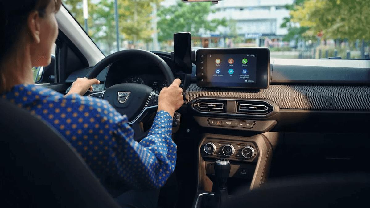 Cockpit - Innenansicht vom Auto - Frau am Steuer - Dacia Sandero - Renault Ahrens Hannover