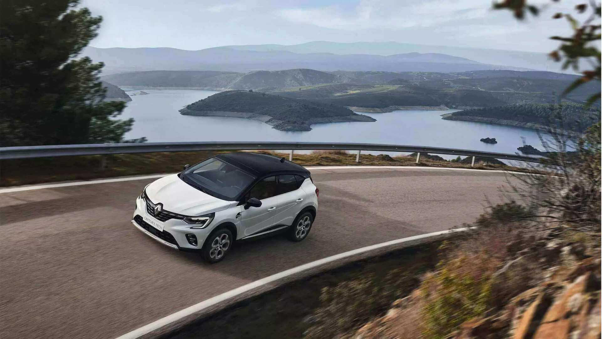 Weißes Auto von oben - Auto fährt in einer Kurve auf einem Berg - Renault Captur - Renault Ahrens Hannover