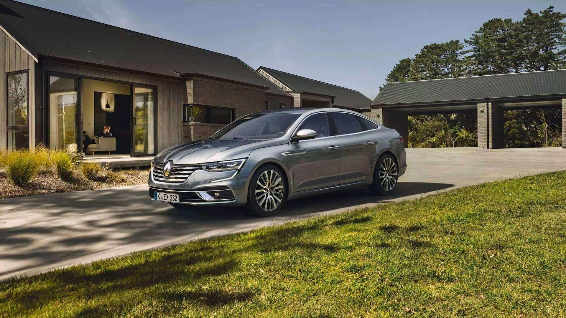 Frontansicht - silbernes Auto steht auf der Hausauffahrt - Renault Talisman - Renault Ahrens Hannover