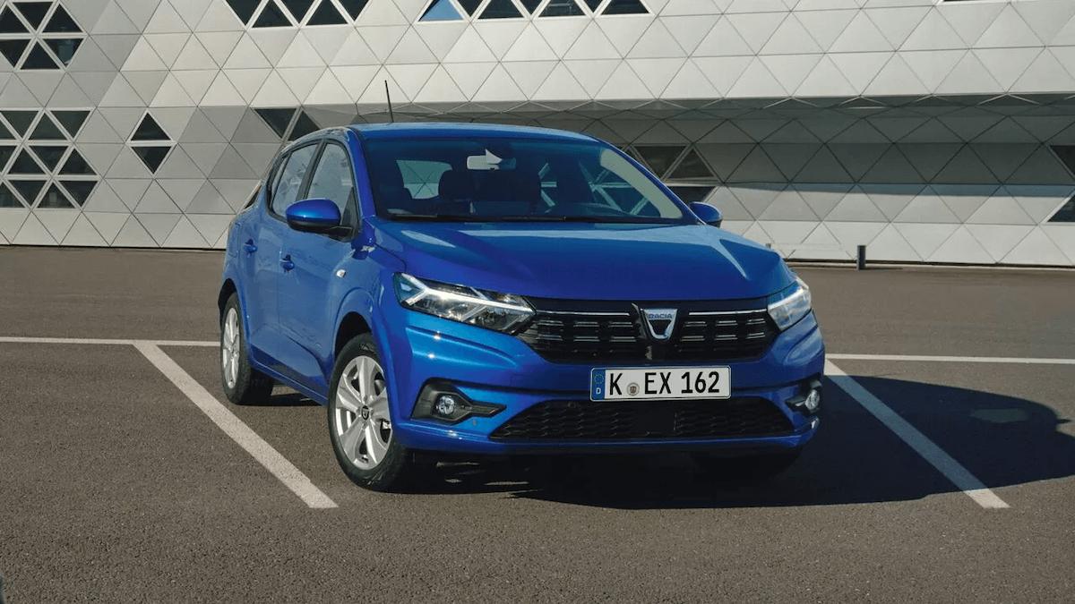 Frontansicht vom blauen Auto - Auto steht in einer Parkbucht auf einem Parkplatz - Dacia Sandero - Renault Ahrens Hannover