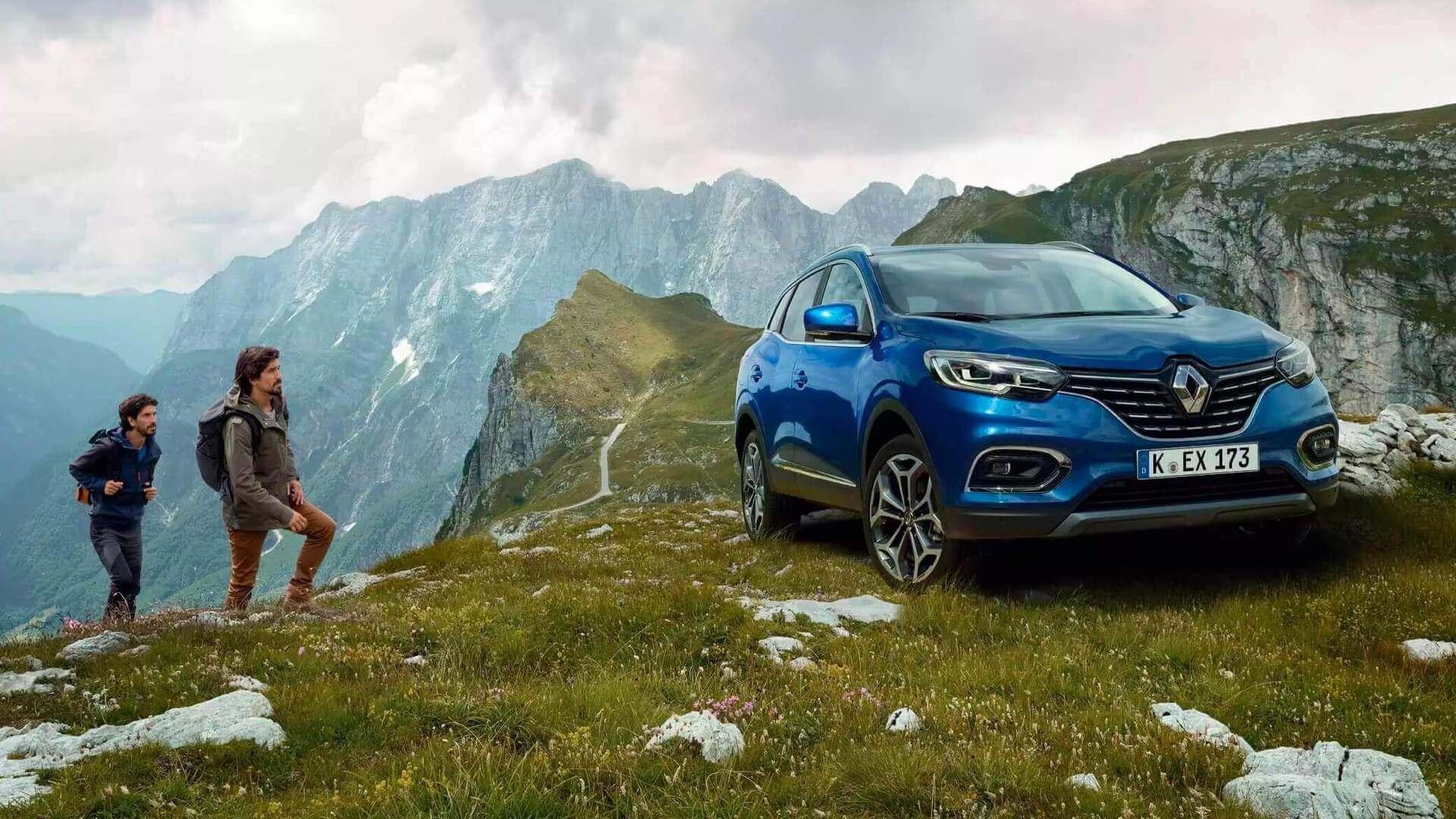 Frontansicht vom blauen Auto - Auto steht auf einem Berg - Menschen Wandern - Renault Kadjar - Renault Ahrens Hannover