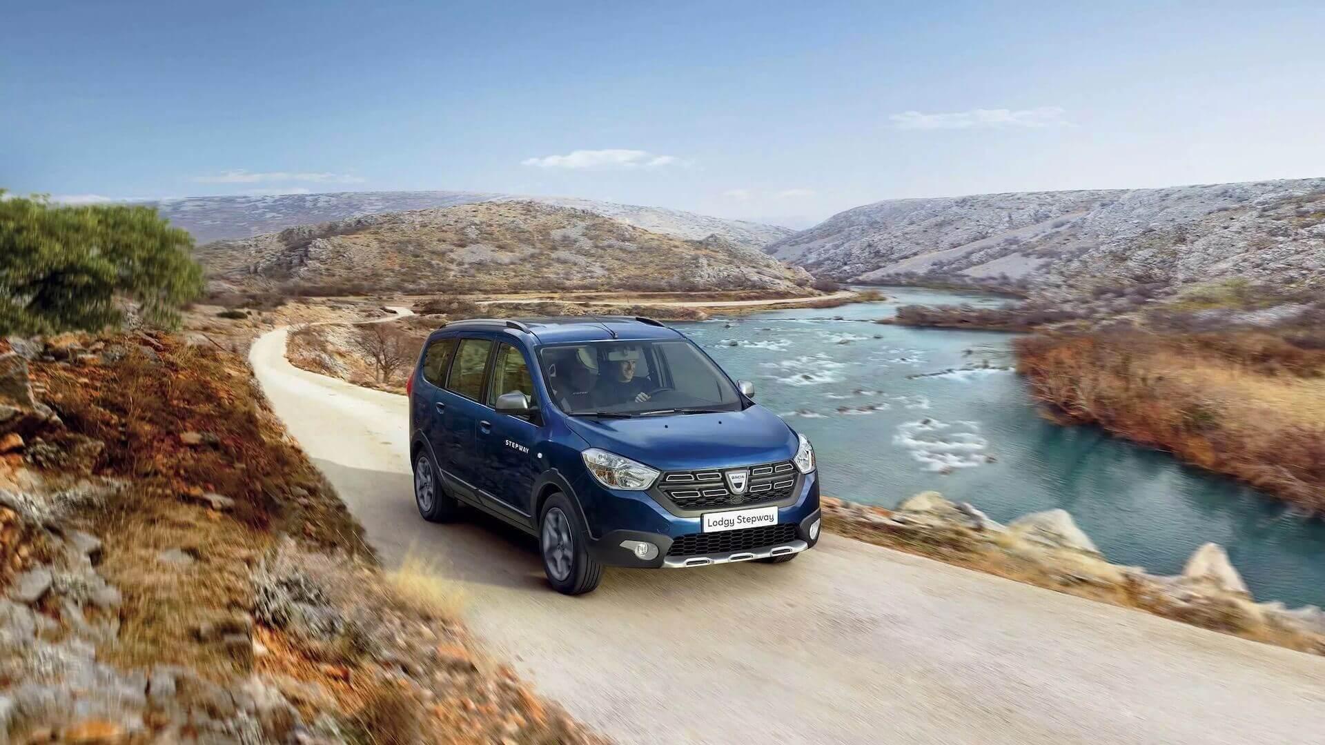 Frontansicht vom blauen Auto - Auto fährt auf einer kurvigen Straße - Dacia Lodgy - Renault Ahrens Hannover