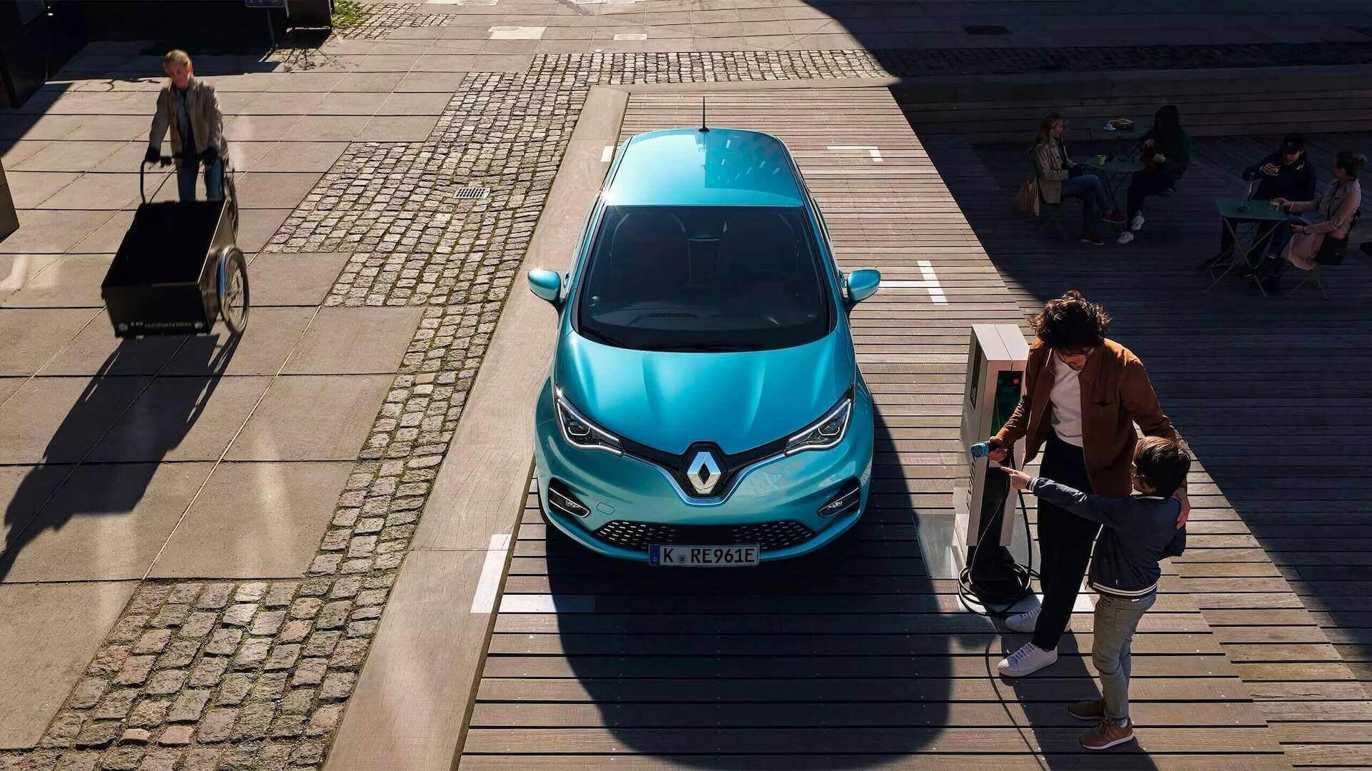 Renault Zoe türkis auf einem Platz mit Menschen, die das Auto Laden wollen - Renault Ahrens Hannover
