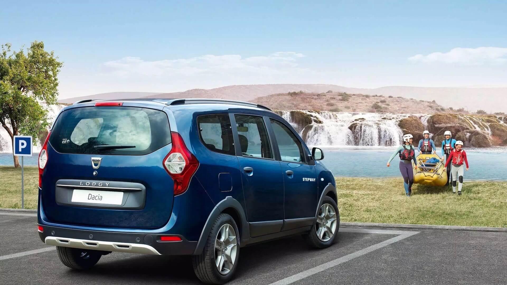Heckansicht vom blauen Auto - Auto Parkt - Familie mit einem Paddelboot im Hintergrund - Dacia Lodgy - Renault Ahrens Hannover