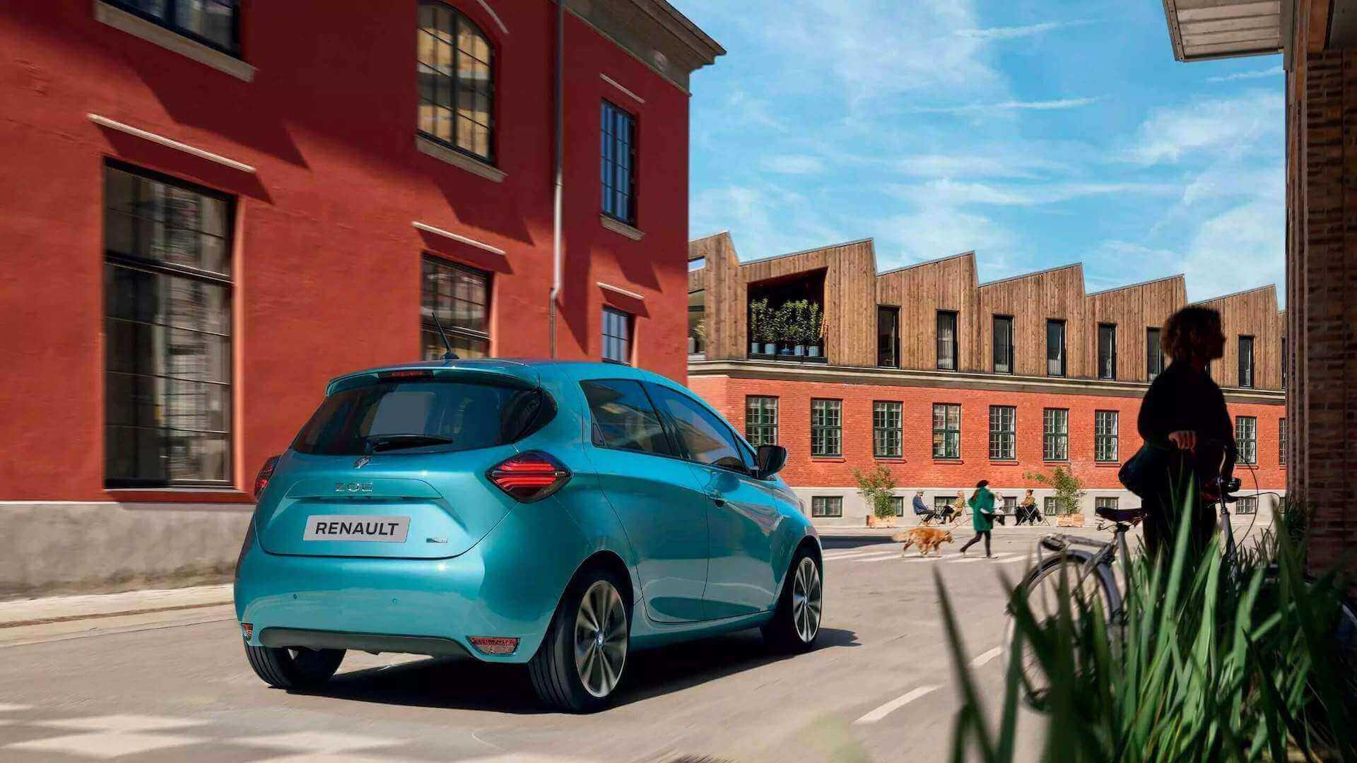 Renault Zoe türkis - Heckansicht- auf einer Straße mit roten Gebäuden im Hintergrund - Renault Ahrens Hannover
