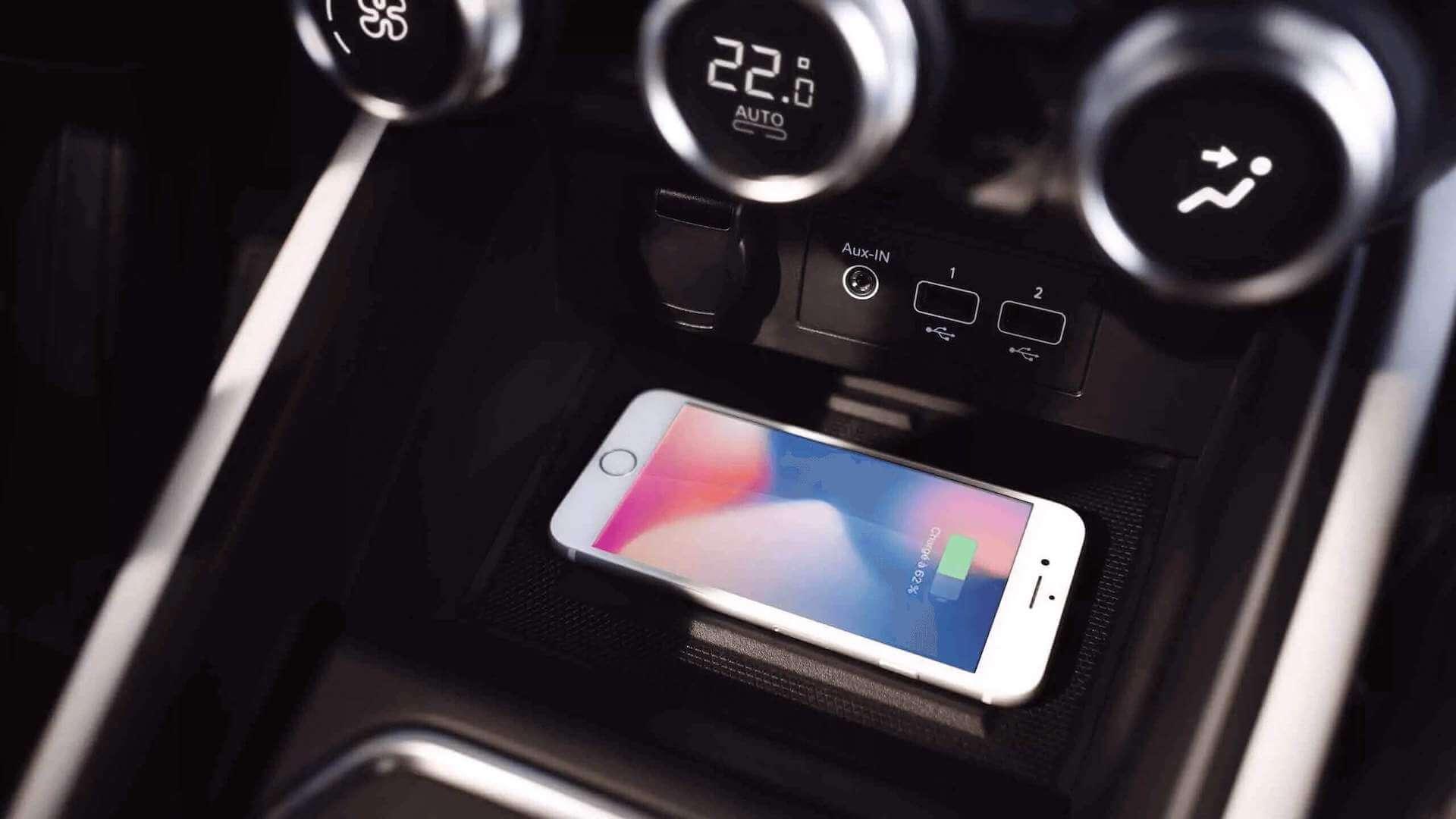 Smartphone lädt kontaktlos im Auto - Renault Clio - Renault Ahrens Hannover