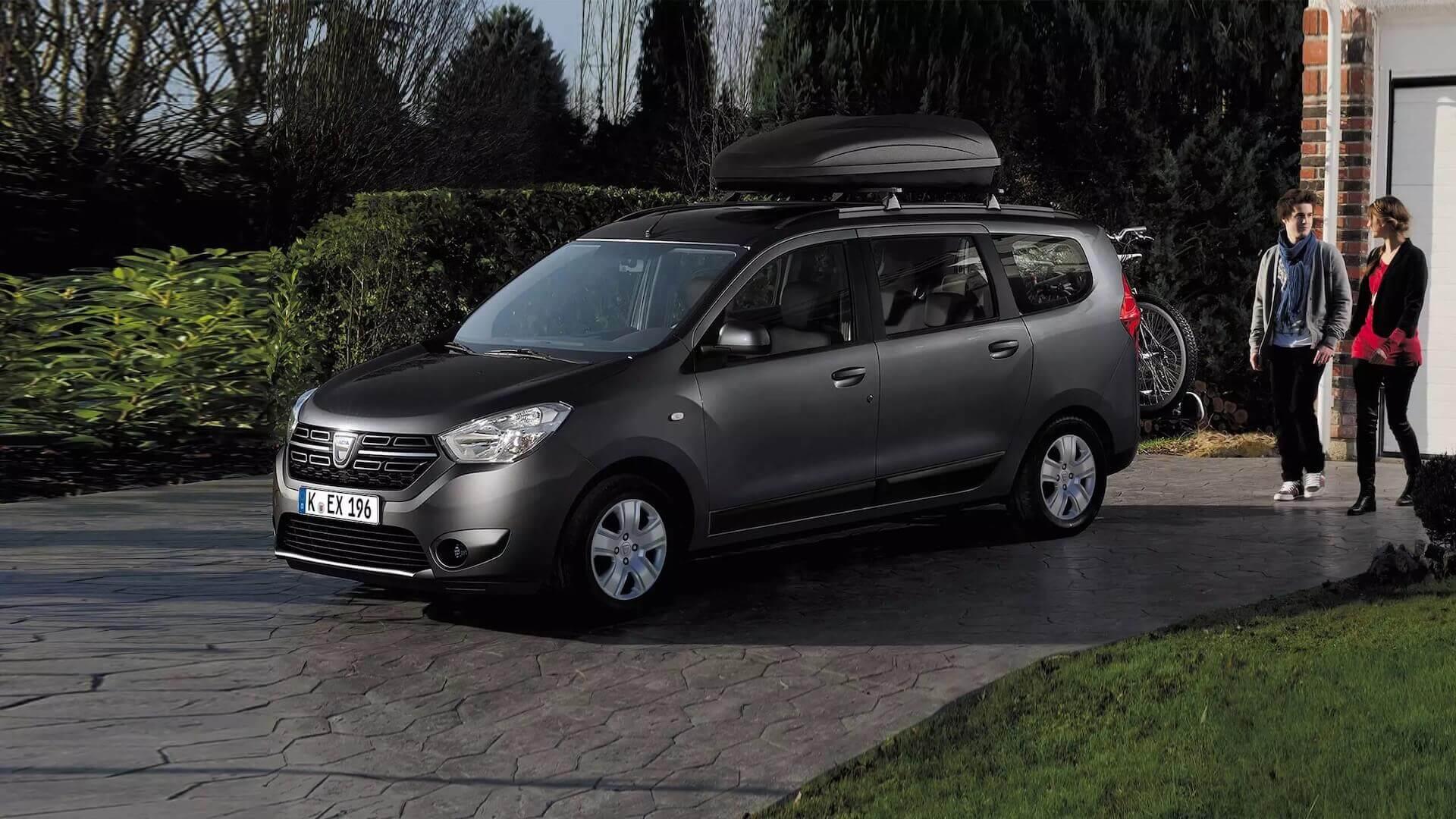 Seitenansicht vom Auto - Auto steht auf der Hausauffahrt - Dacia Lodgy - Renault Ahrens Hannover