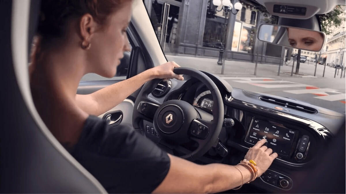 Innenansicht - Frau am Steuer - Renault Twingo Electric - Renault Ahrens Hannover
