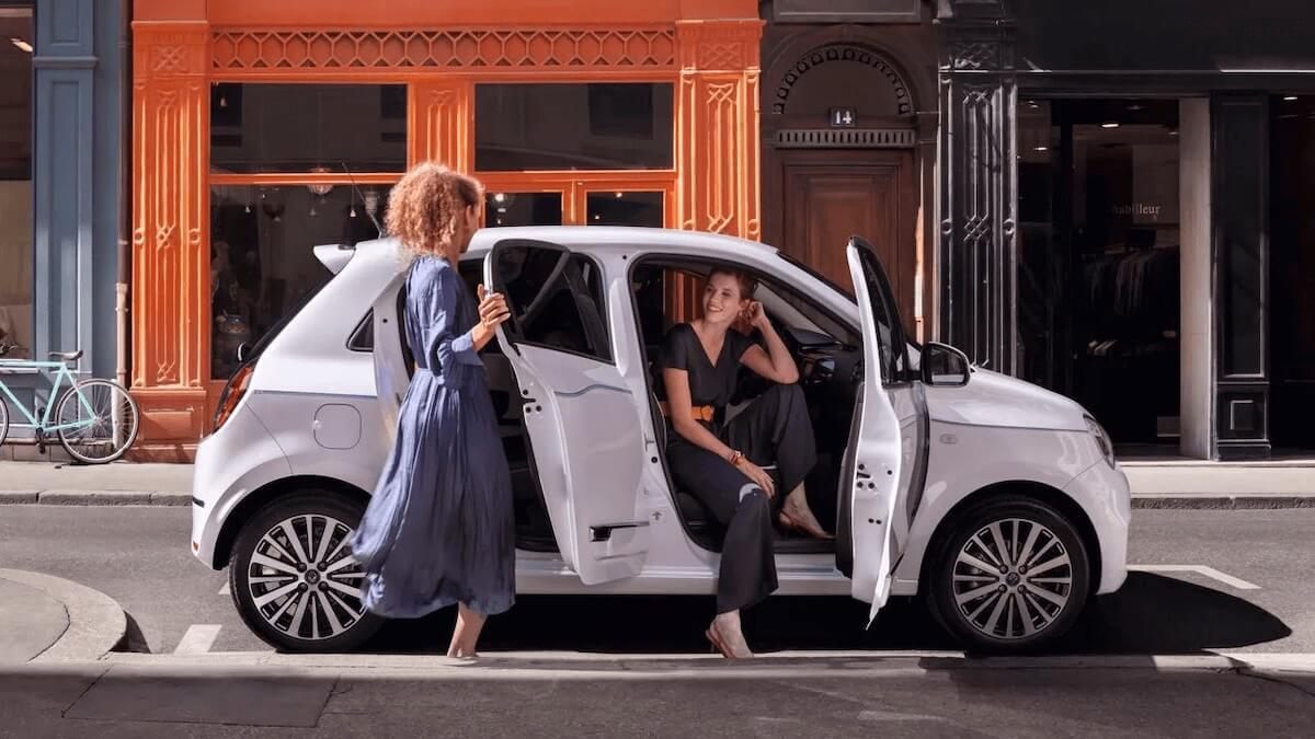 Frauen steigen in das Auto - Renault Twingo Electric - Renault Ahrens Hannover